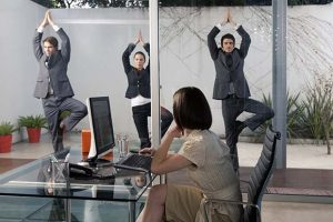 01AK6W0B Business people practicing yoga DATE TAKEN: 29/06/2007