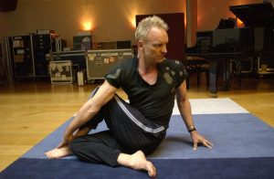 famosos-yoga-sting-practicando